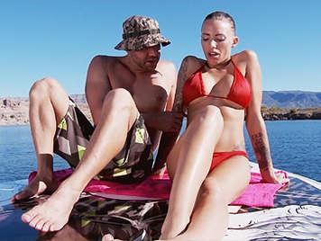 Morena tatuada en bikini tiene sexo en la playa