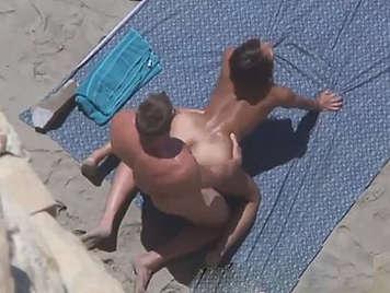 Voyeur graba a un pareja que estan follando duro en la playa a cuatro patas con su piel broceada y un hermoso culo