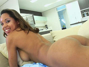 Brasileña de tetas naturales tiene ganas de tener sexo