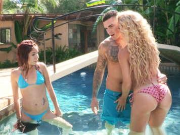 La madre con bikini sexy se folla al novio de su hija en su piscina