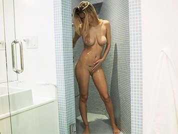 Rubia de tetas grandes naturales se masturba en la ducha