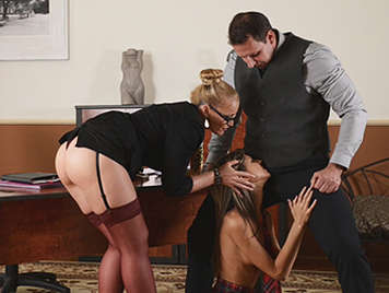 Trio con la profesora y el director humillando y follando a una inocente colegiala que se traga todo el semen que sale de la punta de la polla del director
