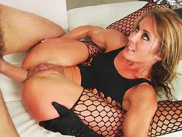 Sexo anal hardcore con rubia espectacular haciéndo squirting y corriéndose a chorros
