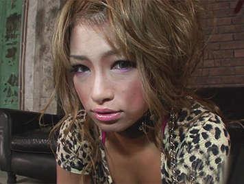 Japonesa preciosa sumisa  de tetas naturales es tratada como una esclava