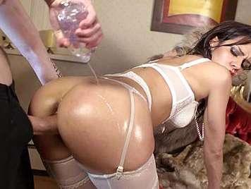 Sexo anal aceitoso a una morena en lenceria