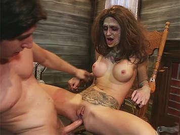 Sexo anal profuno y brutal en hallowen con una chica zombie de cuerpo tatuado