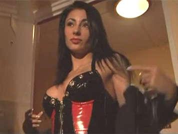 Elegante madura italiana follada en un trio