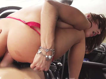 Beautiful babe perfect ass fucking in the car receives a espactacular cumshot of thick spunk on her shaved pussy
