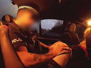 Policia corrupto follando con una sexy rubia en su coche