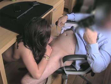 Falso agente follando en la oficina con una mujer que busca trabajo