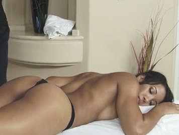 Sensual y erotico masaje con aceite al cuerpazo de una latina