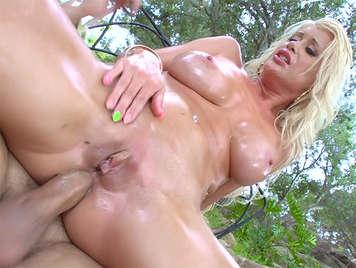 Sexo anal con mucho aceite con una rubia madura muy caliente