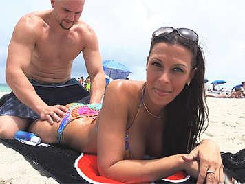 Exuberante morena tetuda en bikini haciendo una espectacular mamada recibe una gran corrida en su cara