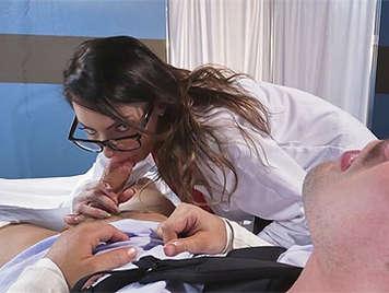 Doctora tetuda y culona con gafas follando y haciendole una espectacular mamada a un paciente con los brazos rotos