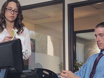 Sensual y jovencita secretaria con gafitas follando con su jefe en la oficina