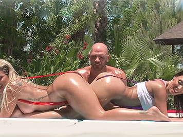 Trio con dos zorras con bikinis minusculos follando en la piscina
