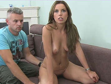 Jovencita está nerviosa ante su primer casting porno
