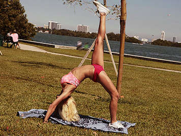 Rubia tetuda haciendo aerobic en el parque hace una mamada espectacular