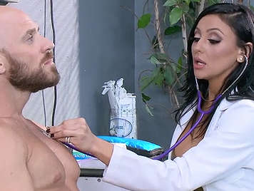 Chequeo medico a cargo de cachondas enfermeras