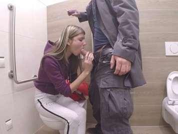 Follando con una jovencita rusa en los lavabos publicos