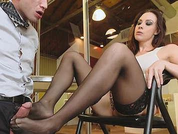 Chupando los pies de la secretaria