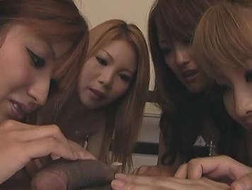 cuatro japonesas comiendo polla