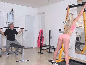 Abuelete follando en el gimnasio con una rubia espectacular