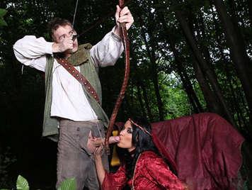 Robin de los bosques le clava su flecha en el culo a una Lady Marian tetona que adora el sexo anal