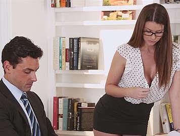 Sexy secretaria con gafitas y escote seduce a su jefe y ambos follan en la oficina