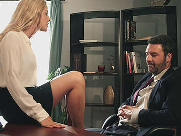 Preciosa secretaria rubia y elegante follando con el jefe hasta que le vacia sus pelotas de espeso semen en su boca