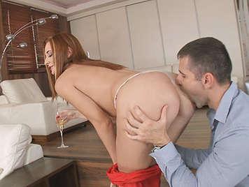Elegante madura pelirroja culona adora el sexo anal