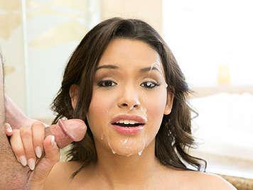 Belleza adolescente latina hace una mamada y recibe una increíble corrida en la cara
