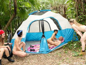 Universitarias en el camping se follan a un desconocido en la tienda de campaña