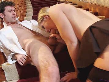 Profesor cabron con suerte follando con una colegiala en la escalera de su casa, se corre en su boca