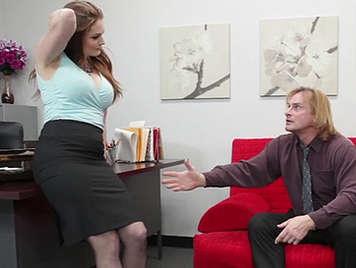 Secretaria muy puta y tetona se enrolla con su jefe en la oficina