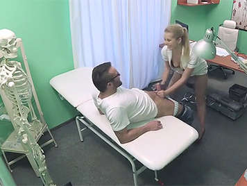 Doctora y enfermera follando y grabados por una camara oculta