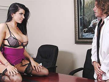 Secretaria tetona chupando una polla y follando duro en la mesa de la oficina