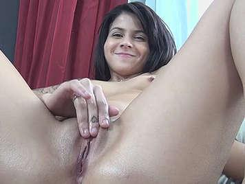 Jovencita tatuada en su primer casting porno