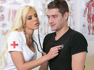 Tetuda enfermera madura quiere una buena polla dura golpeando su mojado coño depilado