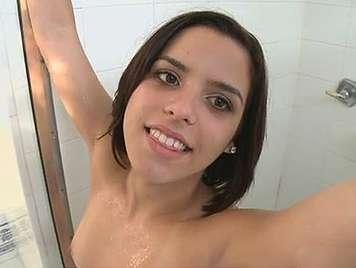 Niñata de 18 años chupando polla al salir de la ducha