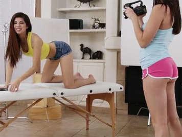 Holly Michaels le hace un excitante y sensual casting porno a Ava Taylor