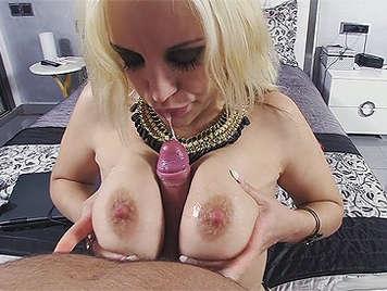 Chica Argentina tetona haciendo una mamada con las tetas llenas de semen