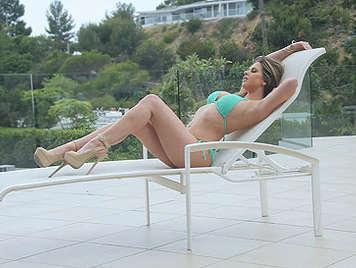Espectacular hembra con grandes tetas y un minusculo bikini chupando una buena polla