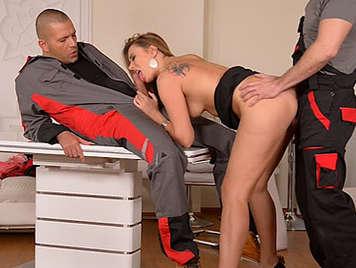 Doble penetracion anal para una sexy rusa madura que adora el semen caliente deslizandose por su agujero del culo
